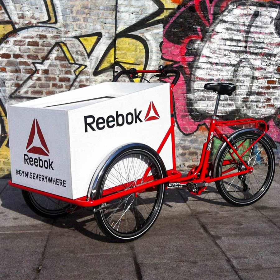 Campagna Pubblicitaria Cargo Bike Rossa con Box con Marchio Reebok