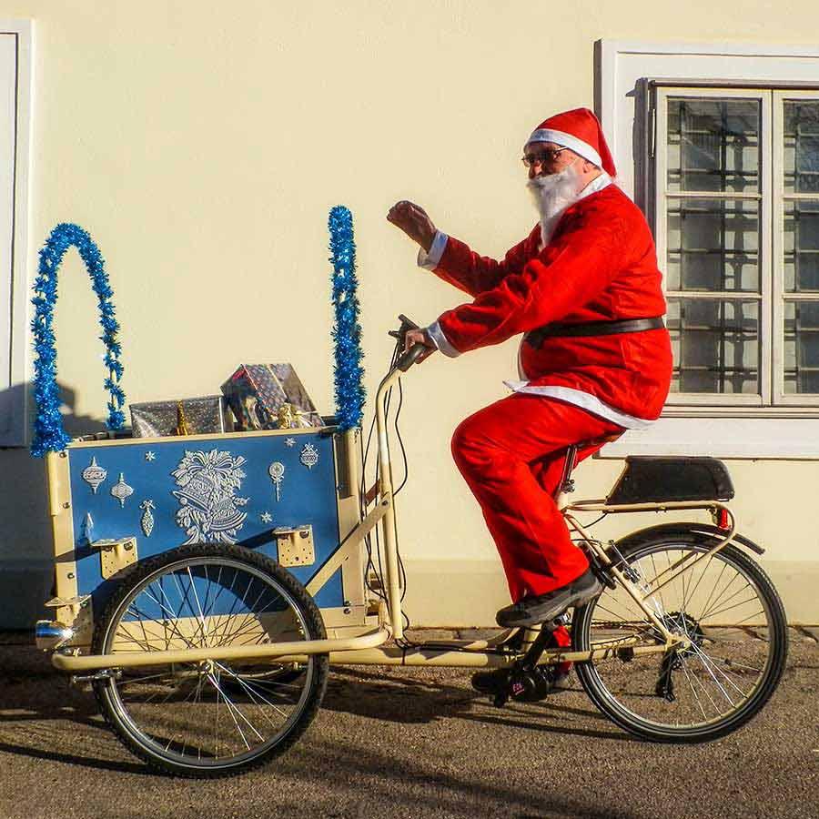 Babbo Natale in Cargobike con box blu decorato